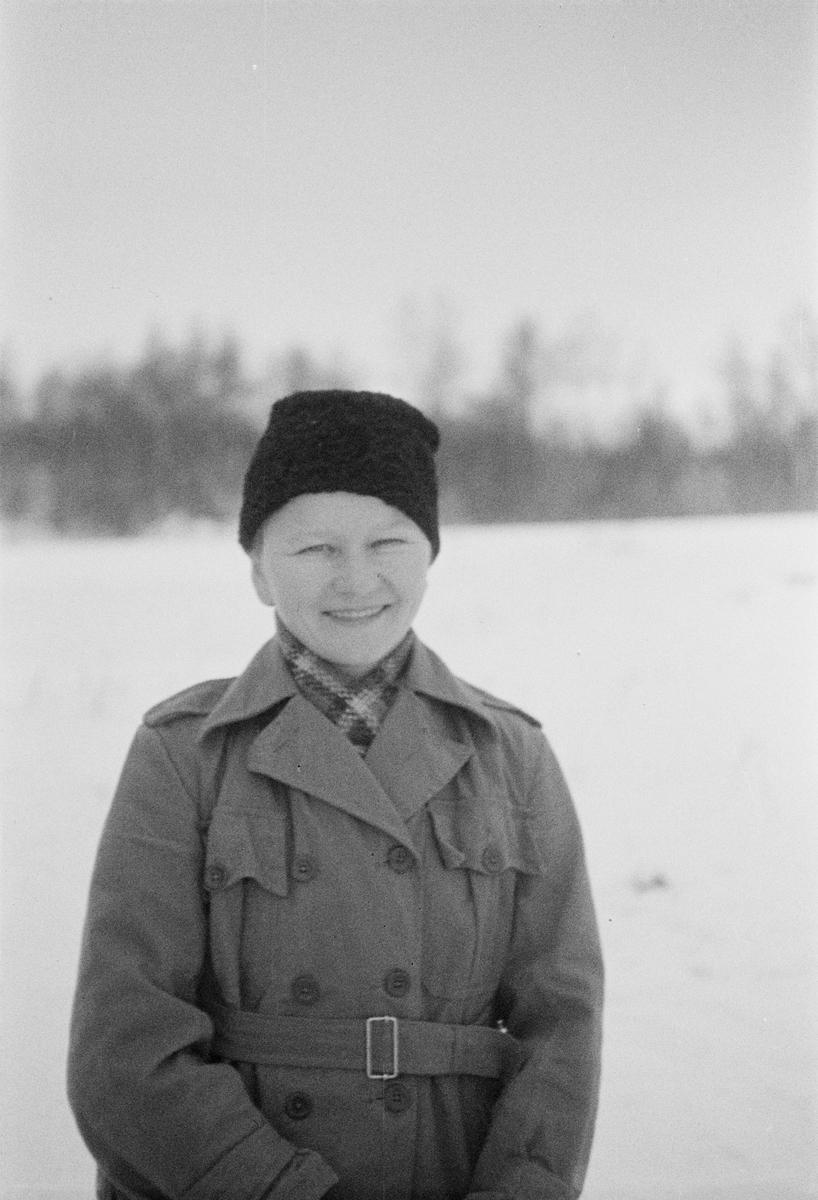 Porträttfoto av fru Vajala, finsk frivillig under finska vinterkriget. Bild från F 19, Svenska frivilligkåren i Finland, 1940.