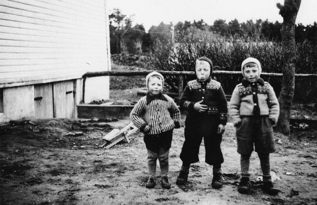 Tre nabogutar frå Ree i kofter, luer, kortbukser og nikkers. Frå v. : Brynjulf Erga, Harald Ree og Marton Erga.