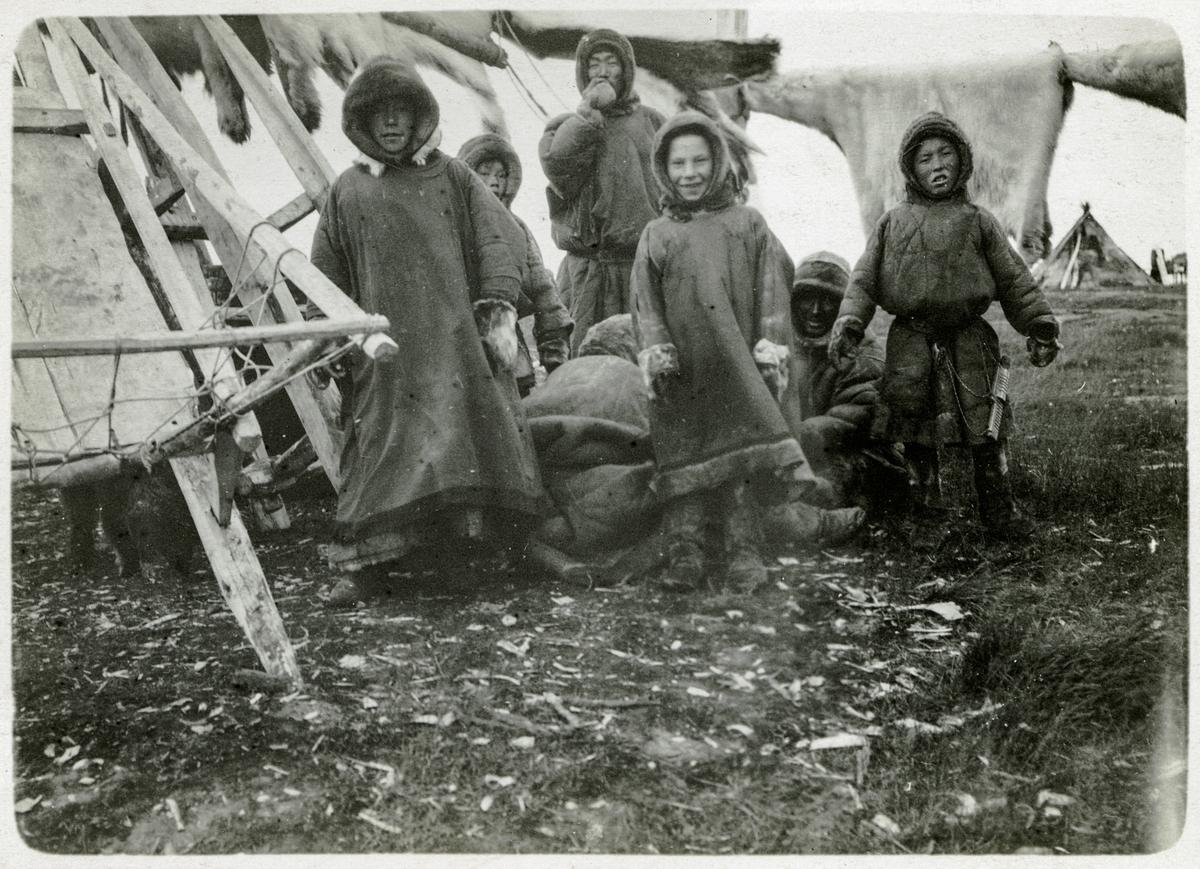 Ett grupporträtt av barn i den ryska byn Chabarova.