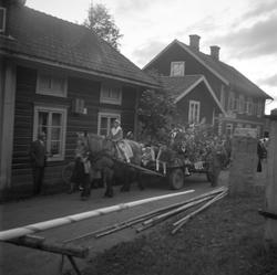 Motiv: (ingen anteckning) ; En kvinna och två män spelar bo
