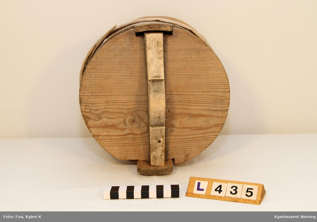Dall for smør med lokk, satt sammen av staver. Merket med (H.I.L) og en Kors