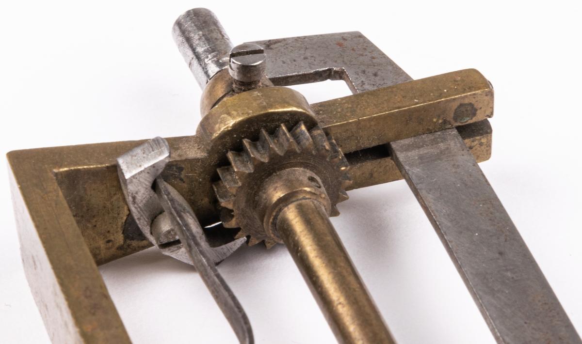 Fjädervinda, av mässing och vevskaft av trä. Har använts i Sehlbergs urmakeriverkstad, 1926.
