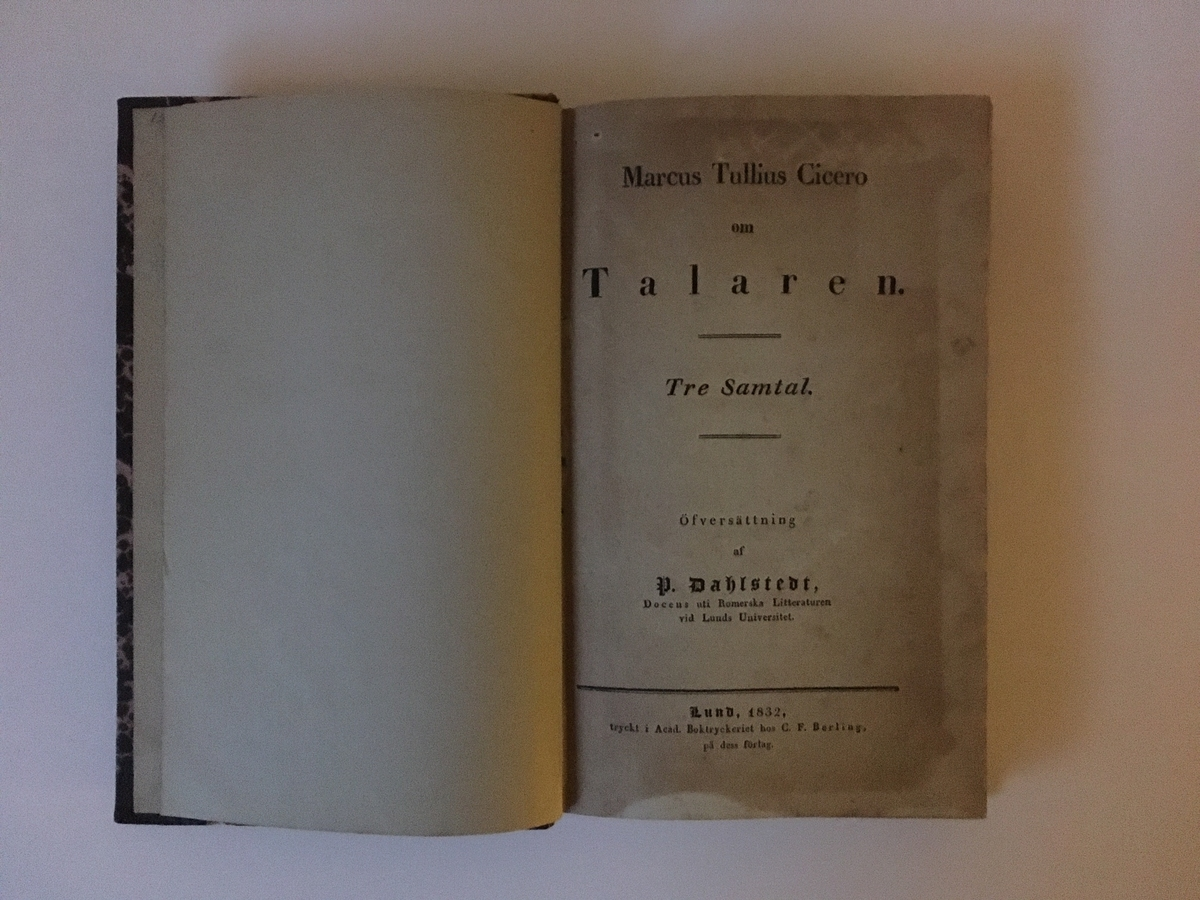 """Bok på 272 sidor. Ryggtitel: """"Cicero. Talaren"""". Titelsida: """"Marcus Tullius Cicero om Talaren. Tre samtal."""" I översättning av P. Dahlstedt.  Ett flertal marginalanteckningar och markeringar."""
