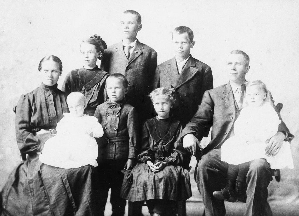 Familien til Oline og Martin Tunheim med 7 born i Amerika. Oline f. Garborg (26.1.1870 - ) er syster til Arne Garborg.