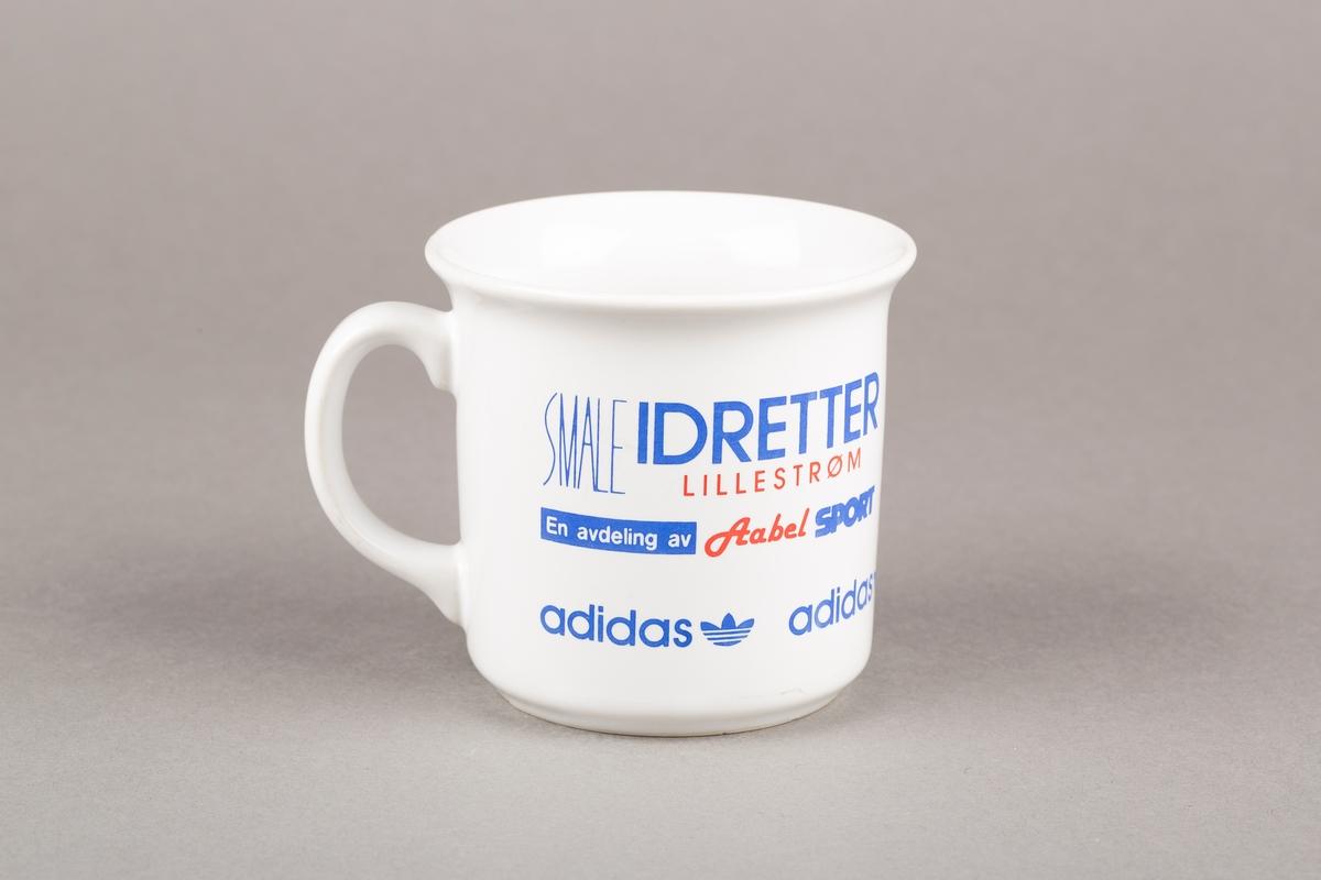 Krus med hank. Aabel sport-logo og Adidas-logo.