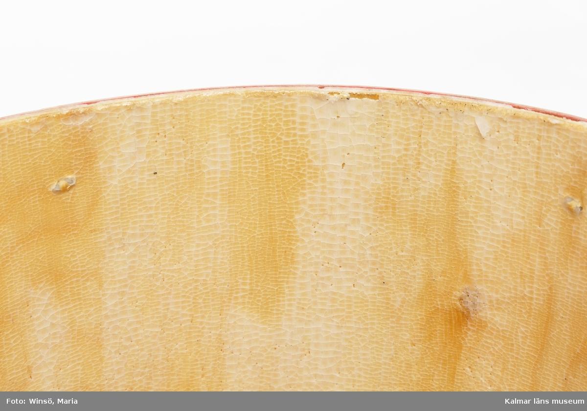 KLM 46336:2. Torrklosett. Tunna med lock och sits av plywood. Bärhandtag av metall. Tunnband av rödfärgad plywood. Tunnan har på insidan en beläggning av vax.
