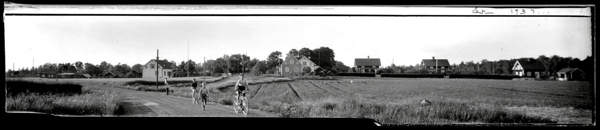 Cyklande barn på byväg