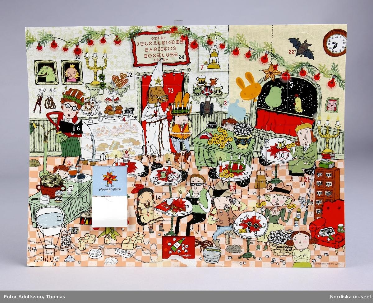 """Barnens bokklubbs kalender.  Av papp. Framsidan text """"Julkalender Barnens bokklubb"""". Illustrationen föreställer ett konditori där olika personer sitter och fikar. Luckorna har öppnats. En lucka har fallit bort. På baksidan text där det bland annat står: """"Bakom varje lucka finns en bild kopplad till en aktivitet på vår webb. Det kan vara till exempel ett recept, en gåta eller ett pyssel. Du hittar kalendern på vår startsida. Klicka på dagens lucka så kan du se aktiviteten."""" /Lena Kättström Höök 2013-12-18"""
