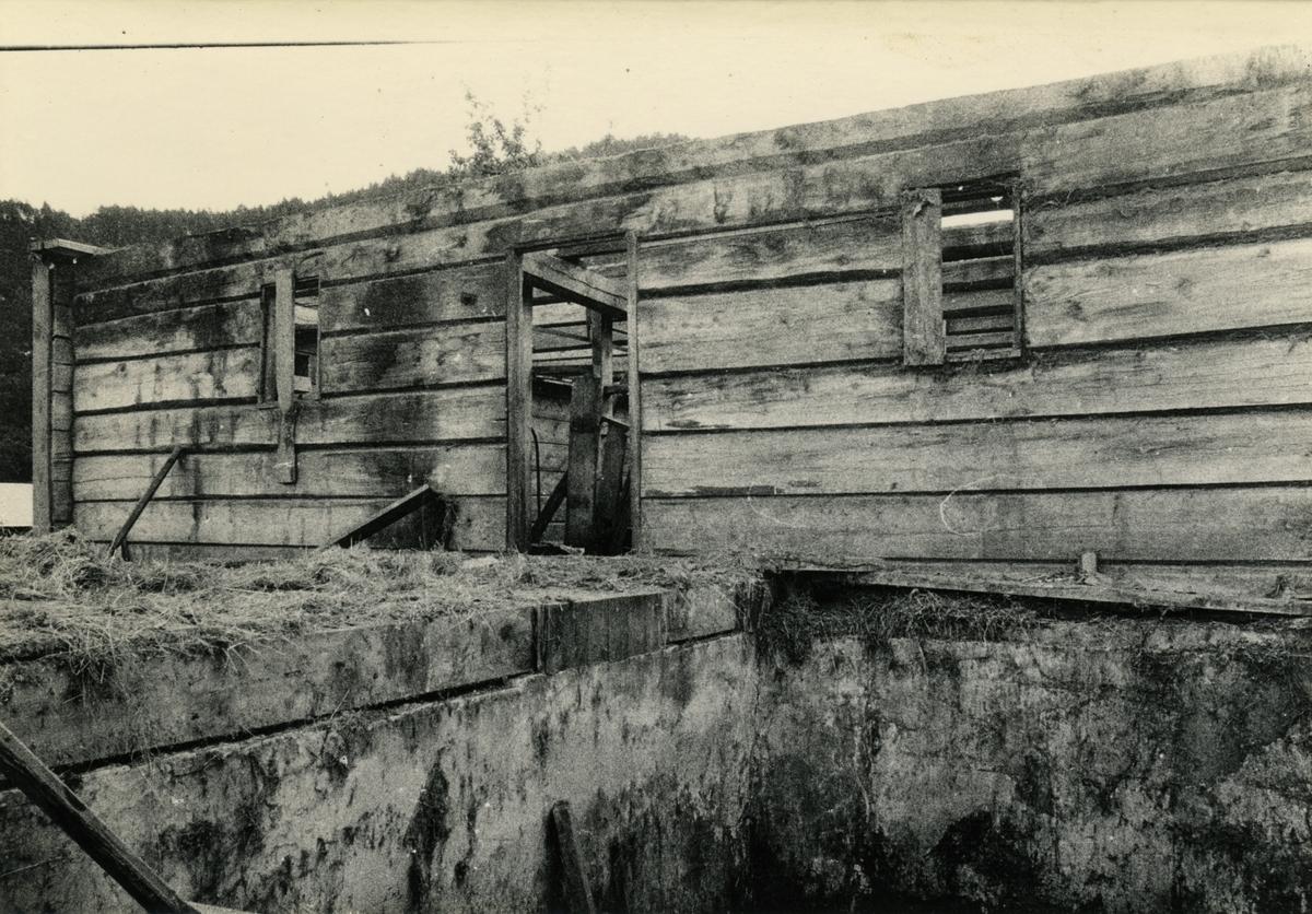 Dokumentasjonsbilder i serie av interiøret og nedtakinga av Opshaugløa. Bilda viser hvor den stod før.