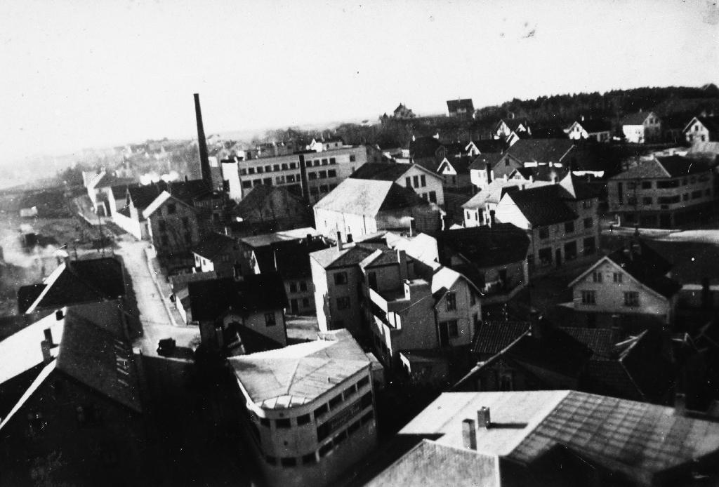 Frå Bryne sentrum sett mot sør. Framme t. v. Jæren Privatbank, Jernbanegata og Vaaland Fjørfeslakteri7Egglager. Til høgre i midten Forbruken og T. Stueland med Jæren Maieri bak til venstre.