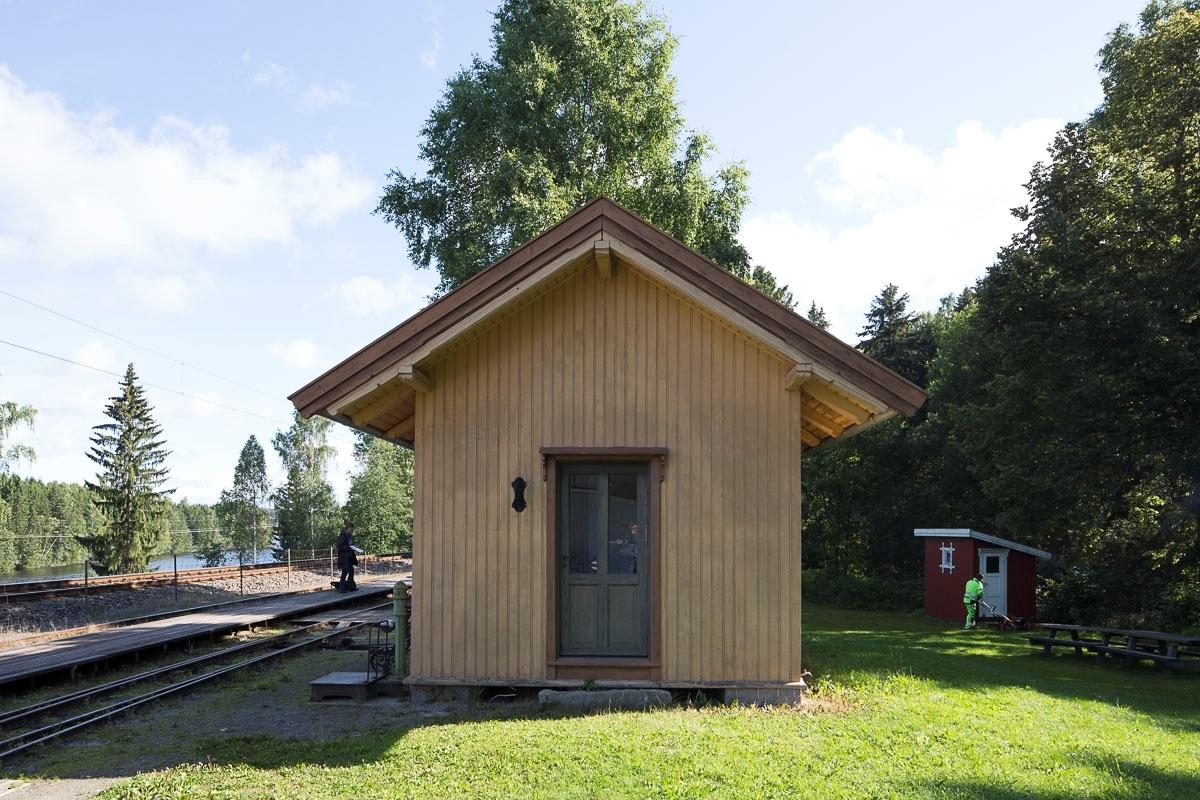 Opprinnelig Finstadbru stasjon fra 1896. Flyttet til Bingsfoss i 1999 og brukes som stasjonsbygning der.