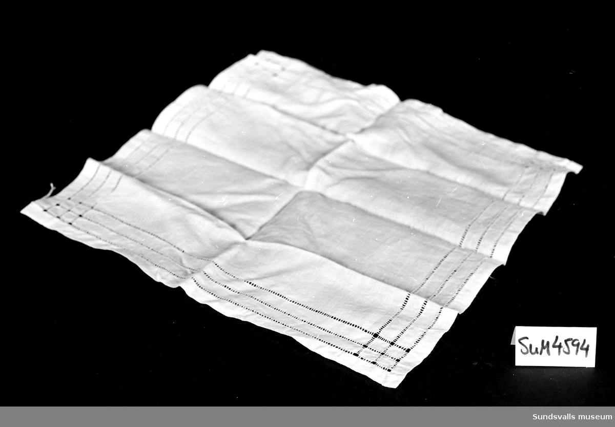 Näsduk i vitt linnetyg med bård runt om i form av utdragna trådar. Tre rader på varje sida.