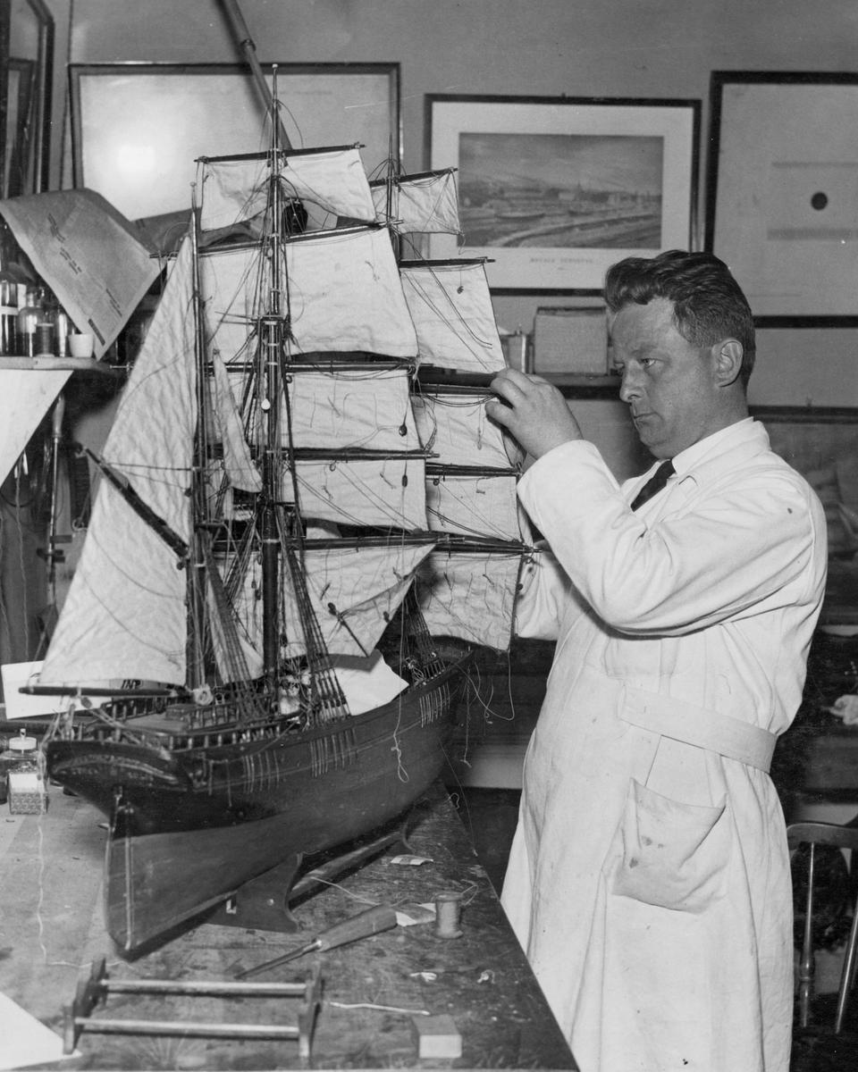 Kapten Sam Svensson under konservering av modellen av barkskeppet SAGA.