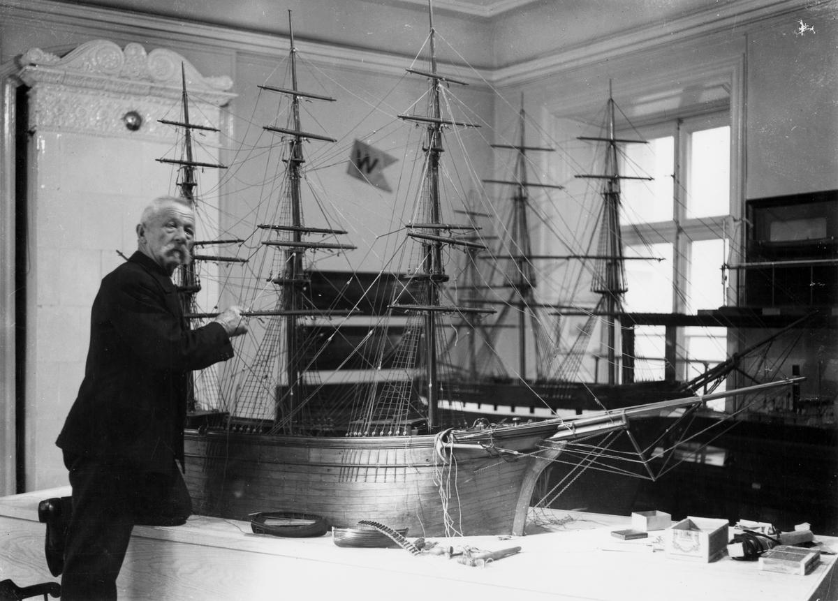 Interiör från Sjöfartsmuseet, Skeppsbron 46, Stockholm. Modell av tremastad fullriggare (byggd av f.d. instrumentmakare C. Amnell, Sundbyberg) under riggning av f.d. sjökapten Carl Lindqvist.