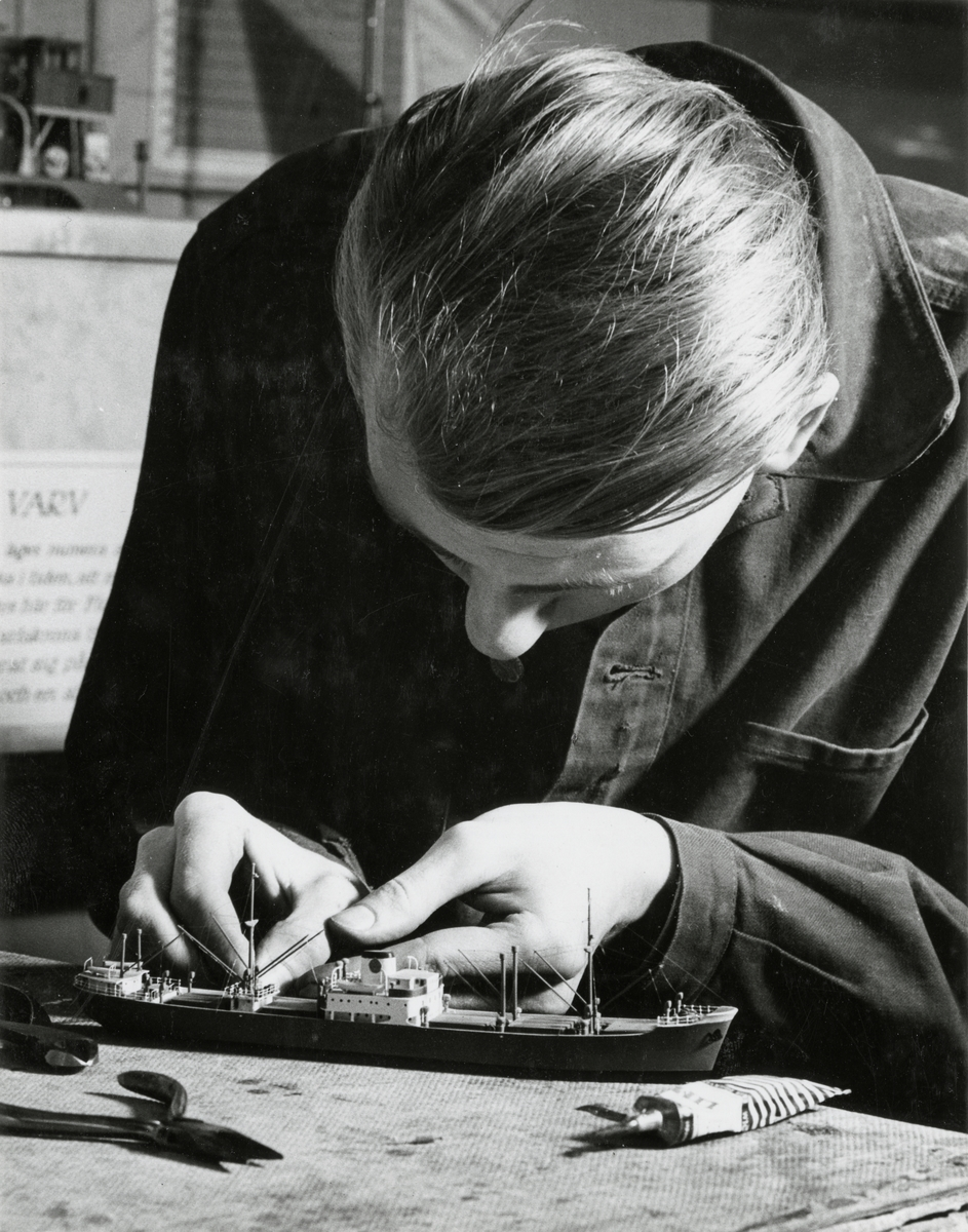 Sjöhistoriska museets modellverkstad. Modellbyggare Göran Forss arbetar på en modell av ett lastfartyg.