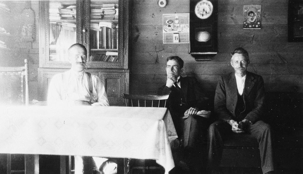 Frå stova i det gamle huset til Martin Garborg. Han sjølv sit ved bordet til venstre. I midten ein skyttarkamerat t. h. Nils T. Aarrestad.
