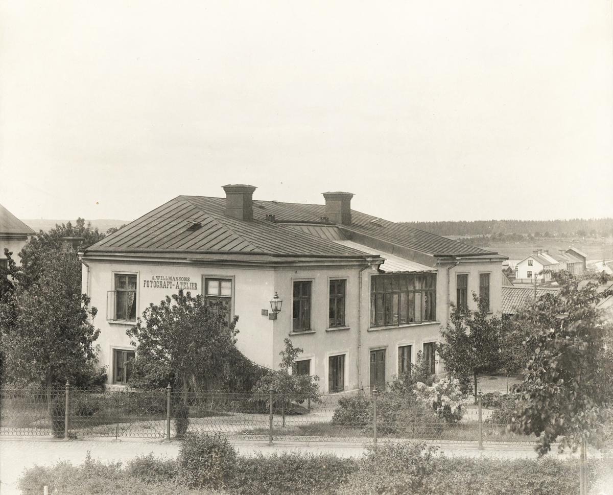 """""""A. Willmansons Fotografi-Atelier"""", Kyrkogatan 10, Enköping, sett från öster."""