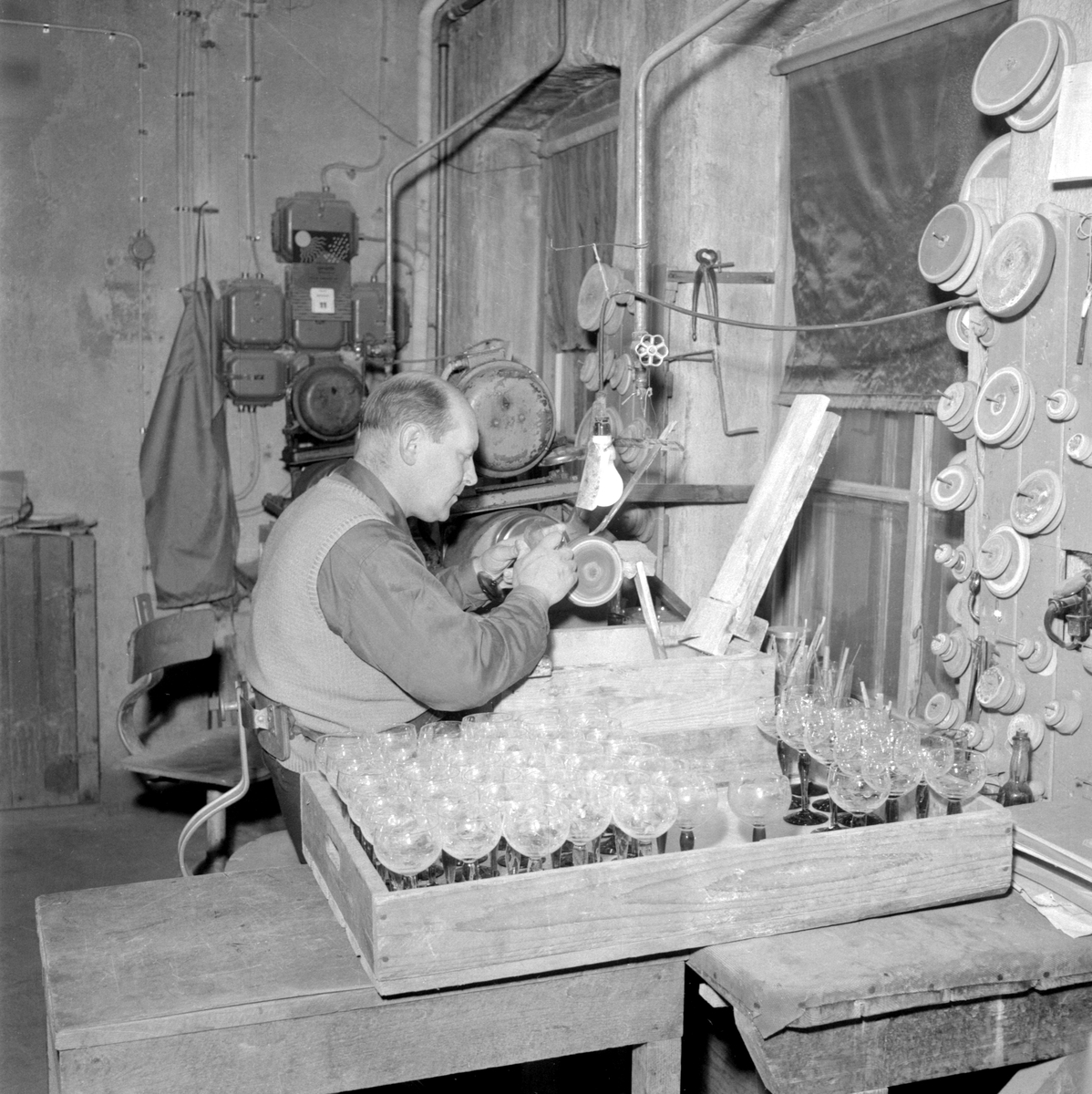 Glasslipare Gerhold Kessmeier i koncentrerat ögonblick på sitt arbete vid Reijmyre glasbruk.