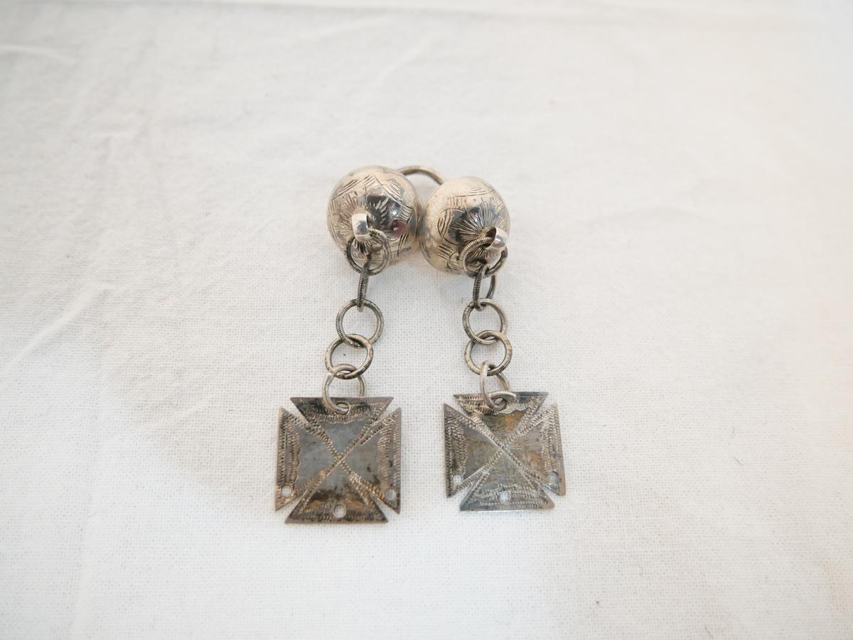 Form: To knappar med gravert ornament. Lekkje og Maltesarkrossar.