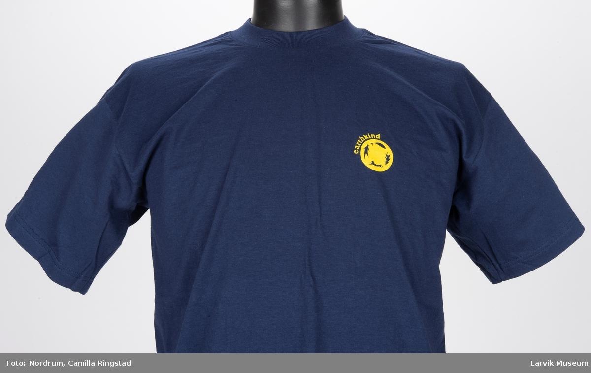 Blått t-skjorte med gult trykk på for- og baksiden.