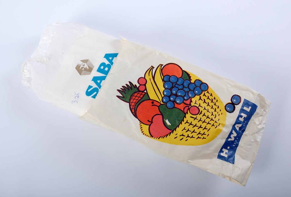 En åpnet pakke bind av merket Saba. En uåpnet pakke bind av merket Saba. En papirpose for å legge bindpakker i i butikken. En bindholder. En bindholder med et festet bind.