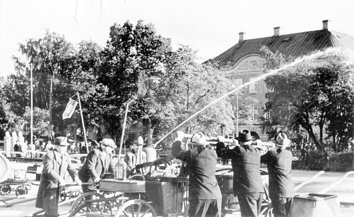 Brandkårens 50-årsjubileum 1950. Uppvisning med äldre brandsläckningsmateriel på Stora torget.