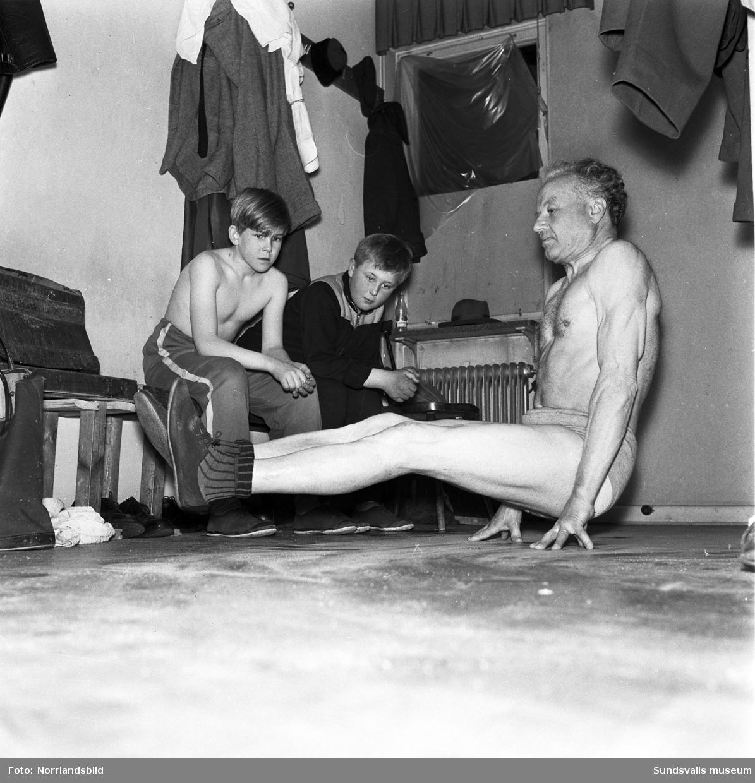 Uppfinnaren, levnadskonstnären och spänstfenomenet Axel Lundberg tränar med brottarna i Sundsvalls AIK. Nyss fyllda 69 år hade han föresatt sig att lära sig brottas innan 70-årsdagen.