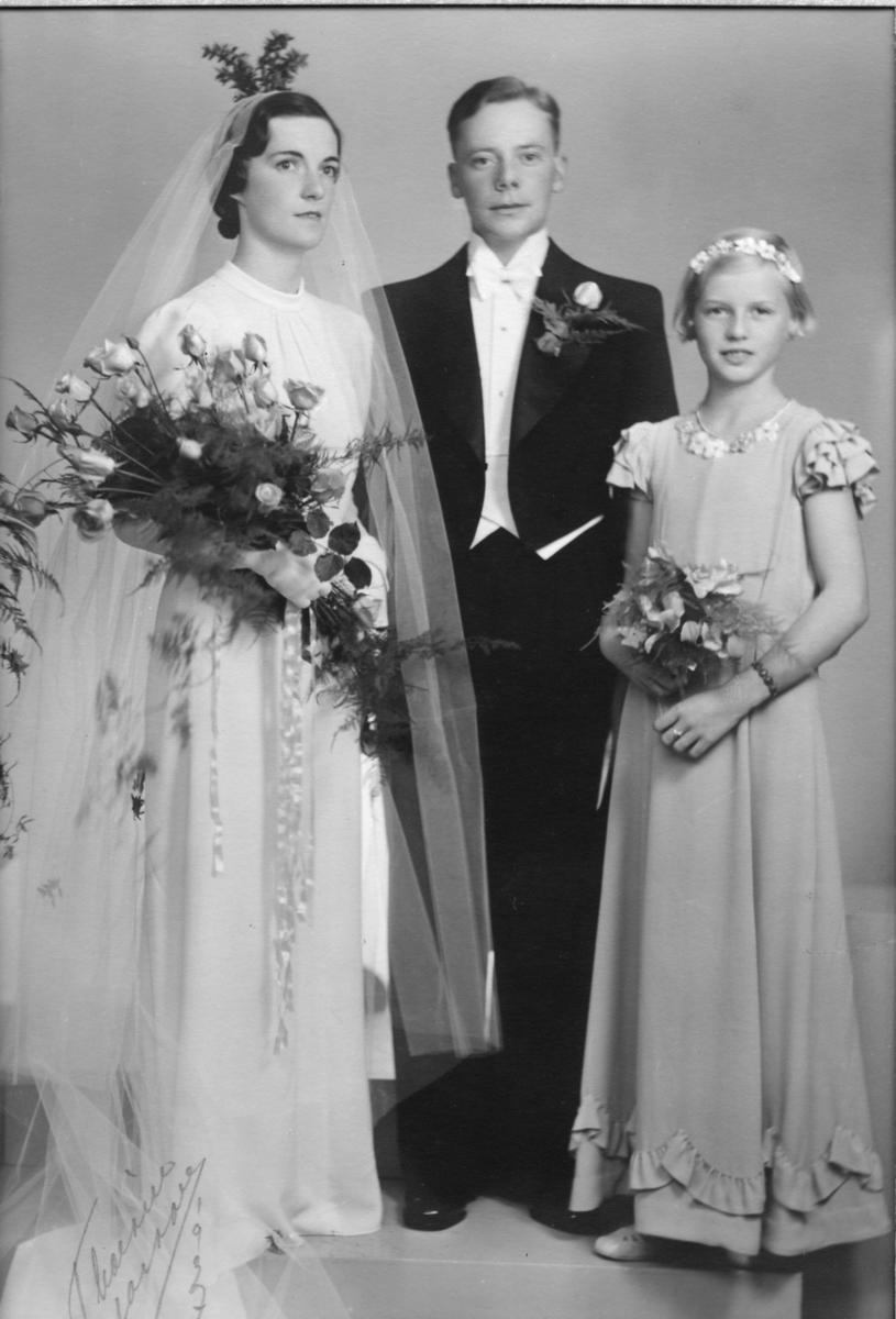 Lagerchef Åke Thorsell vigdes med Berta Sjögren i Alingsås Museums kyrkliga avdelning den 9:e oktober 1937. Officient vid vigseln var prosten J. A. Afzelius.