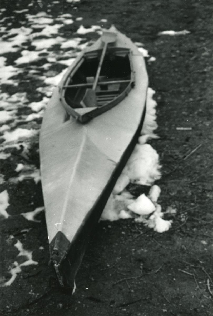 Eldre gjenstandsfotografi av en sabotasjekajakk fra 2. verdenskrig. Tilhører Sunnmøre Museums samlinger.
