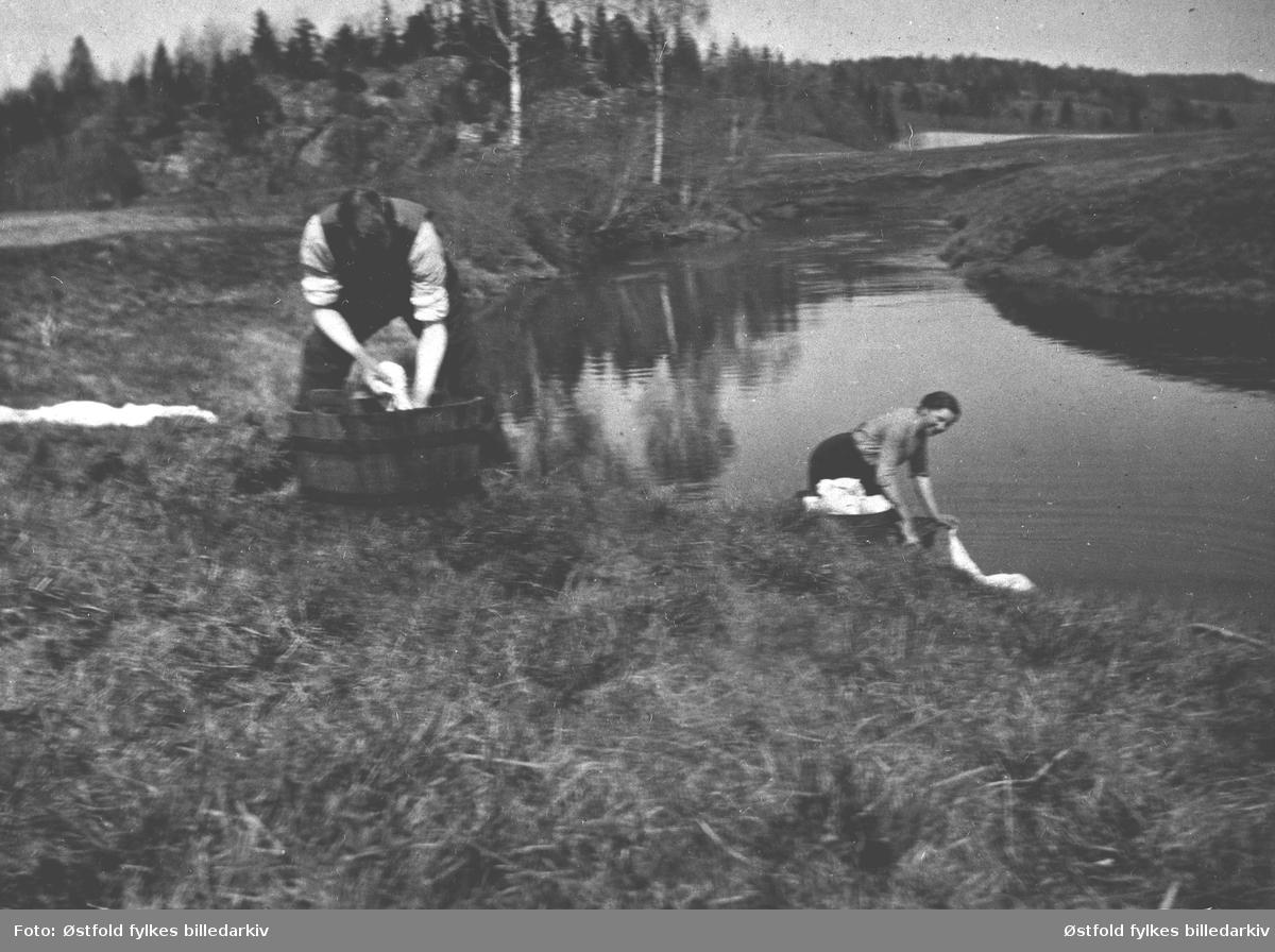 Klesvask ved Hobølelva før 1920. Personene ukjente.