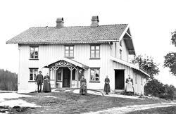 Amundrud i Spydeberg, våningshuset, ca. 1890. Personene er u