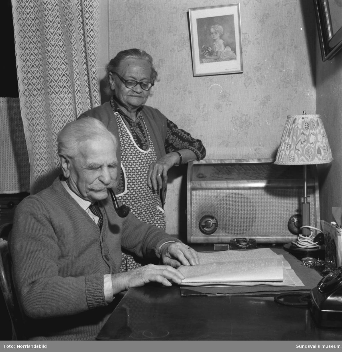 """Hjalmar Wide, Oscarsgatan 3 (Aftonsol) läser ett dokument på blindskrift. Wide blev blind som barn men utbildades vid Blindinstitutet i Stockholm till korgmakare, vilket han till stor del försörjde sig som. Under många år resten han även land och rike runt och försörjde sig som positivhalare och försäljare/författare av skillingtryck under vidsträckta turnéer i norra Sverige med utgångspunkt från Sundsvall, där han var bosatt. """"Visan om Titanics undergång"""", som består av elva strofer, hörde till hans bästsäljare. Enligt Hjalmars minnesanteckningar från den tiden så ska han ha besökt hela 132 nordiska städer med sitt positiv. 1922 bildade han Medelpads blindförening och 1939 startade han de blindas jultidning Norrländsk glädje."""