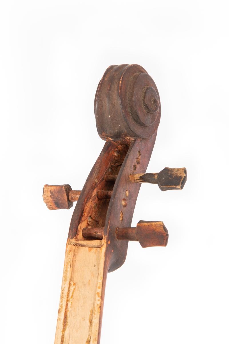 Fela er gjort i grovt tremateriale og er antakelig et hjemmearbeid fra gården Hippe i Ulnes. Instrumentet er brunbeiset og ulakert. Strengehuset har en sprekk, 13 cm lang, på oversiden. Halsen er uten strengebrett. Tre strengeskruer er festet til felehode. Ingen strenger.