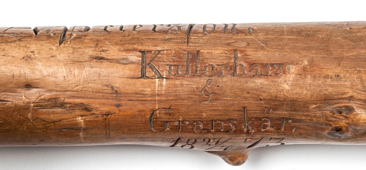Spatserkäpp, knölpåk, av ene, med att stort antal gävlenamn inristade. Käppen är daterad: Kullerhamn och Granskär 27/7 1873. Namn: A. Petersson E. Höjer A. Nygren C. Klintberg F. v. Schéele A. Ölund D. Carlsson O. Nordin G. Holmström E. Östman C. Almgren A. T. U. Ohlsson R. Bäcklin K. G. Hjort A. Carlsson J. Wikström A. Lundeberg J. Hedeström W. W. Fröstedt F. Sundberg G. Sandlund