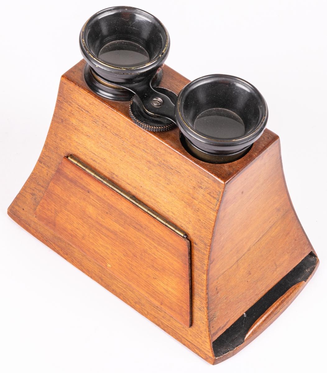 """Kat.kort: Stereoskop, träfodral med kikargluggar att se in genom. Nio stereoskopbilder /foton/ på papp, med skiftande motiv, en märkt: """"Paris instantané"""".  Storlek: 10x15x18cm.  Har varit utst. i handkammaren /rum 24/."""