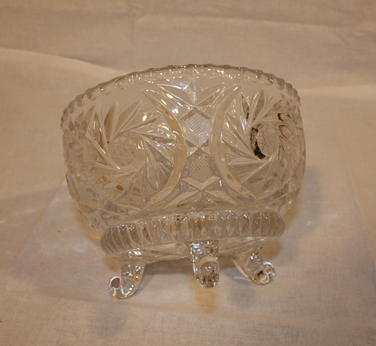 Form: Rund skål med mønster på utsida, glatt innside. Står på tre bein.