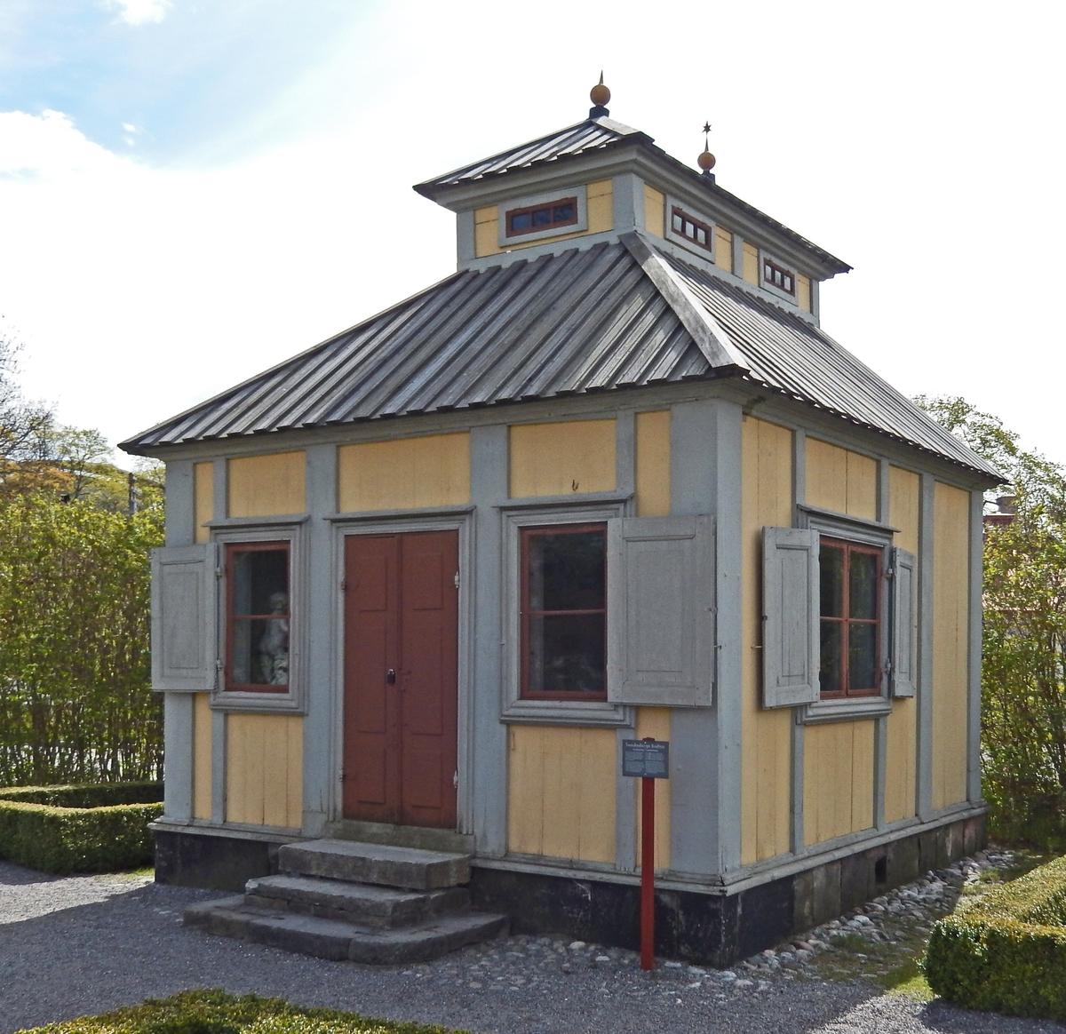 Swedenborgs lusthus i Rosengården på Skansen är en liten timrad byggnad klädd med stående slät panel, målad med gul linoljefärg. Snickerierna är målade med grå linoljefärg, dörrbladen och fönsterbågarna med brun. Brädtaket är ett säteritak med små fönster i den vertikala mellandelen. Byggnaden stod på sin ursprungliga plats placerad vid tomtgränsen, därav den fönsterlösa baksidan.  Lusthuset är troligen uppfört före 1700-talets mitt och har stått i trädgården till den malmgård på Hornsgatan 41-45 på Södermalm i Stockholm som vetenskapsmannen och mystikern Emanuel Swedenborg ägde från 1743.  Byggnaden flyttades till Skansen 1896 och placerades då ungefär där Missionshuset idag ligger. 1964 flyttades lusthuset inom Skansen till den nyanlagda Rosengården, där den står än idag.