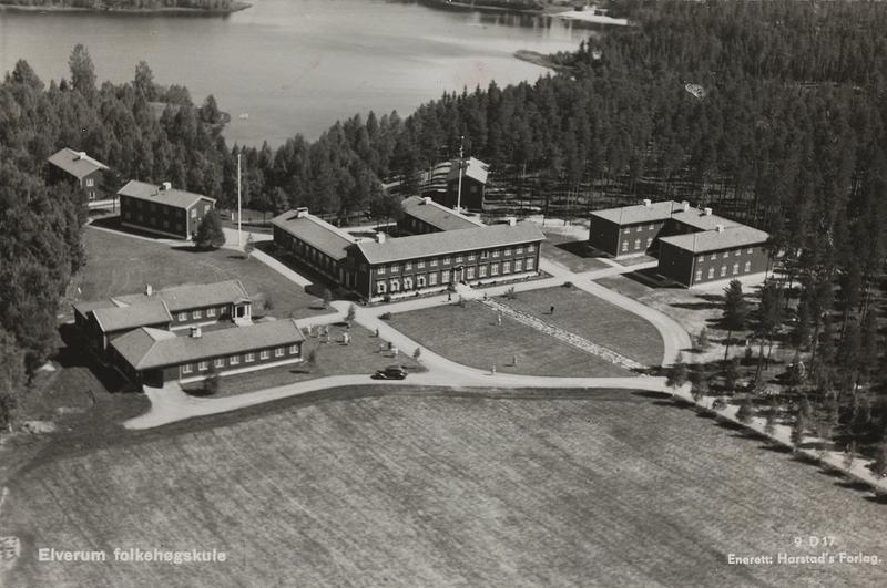 Elverum folkehøgskole i 1930-åra. Foto: Nasjonalbibliotekets bildesamling.