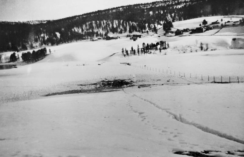 Bombekrater ved Atnbrua, trolig 24. april 1940. Foto: Anno Musea i Nord-Østerdalen,