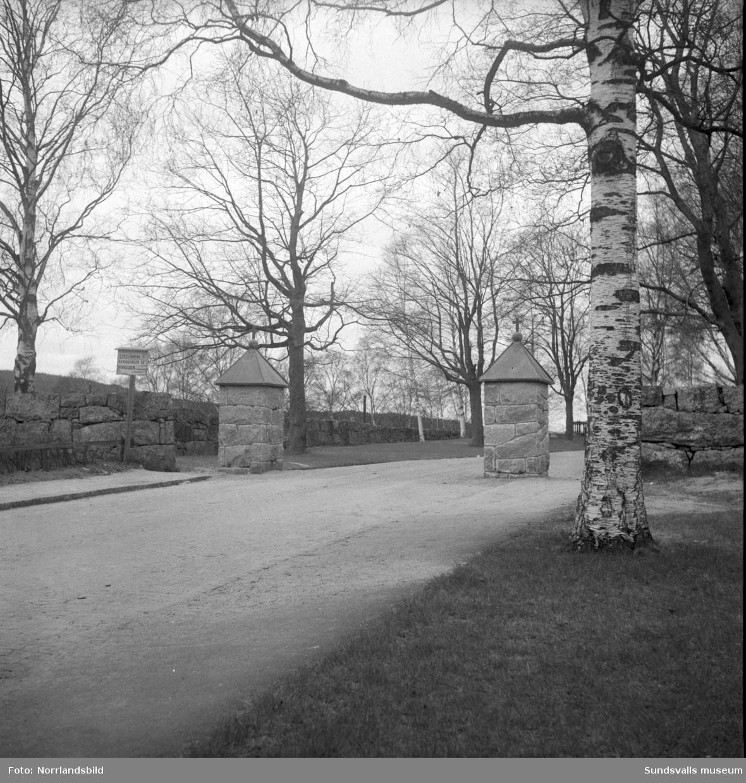 Nya grindstolpar vid kyrkogården.
