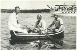Tre män i en båt under KSSS:s långfärdssegling genom Söderma