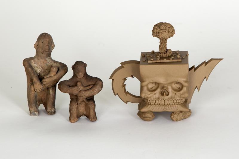 Ammende figurer, Japan, ca. 2000 år gamle + Richard Notkin «Cube Skull Teapot» 1985. Foto Freia Beer/Nordenfjeldske Kunstindustrimuseum