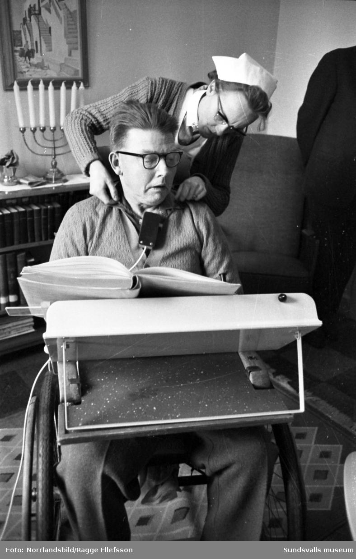 En elektrisk bladvändare gör tillvaron ljusare för Johan Berglund i Nyland som nu trots sitt handikapp kan ägna sig åt favoritsysselsättningen arkeologisk litteratur. Reportagebilder för Expressen.