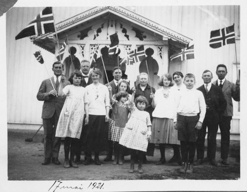 Gruppe på under 20 personer feirer 17.mai i Lunner for 99 år siden. (Foto/Photo)