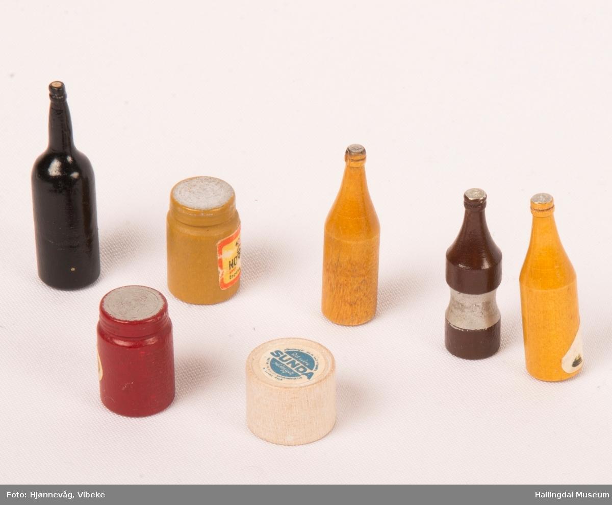 a) framskap b) 3 konkylier c) 7 små lekeflasker d) dukke med plastbørste e) 11 gamle klinkekuler