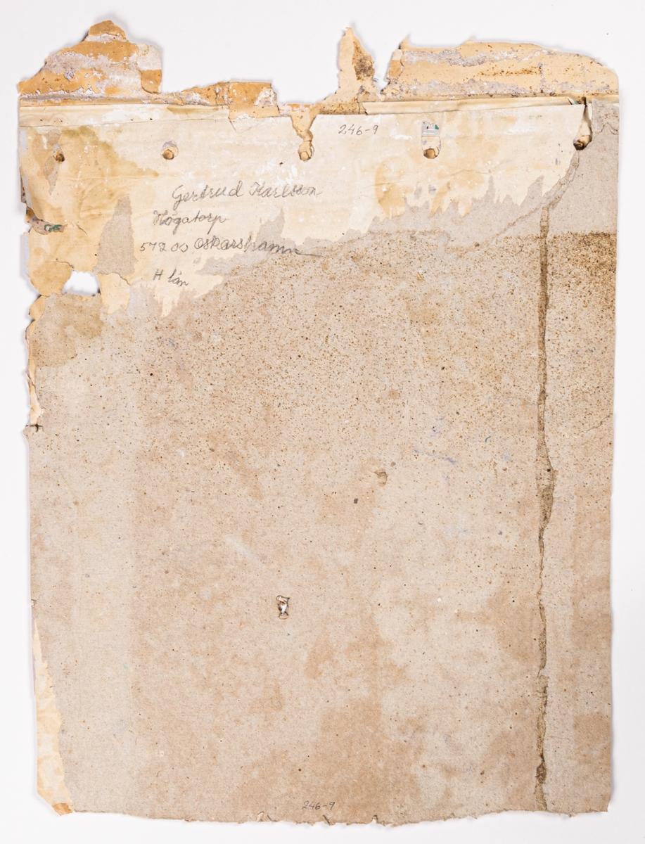 Undertapet av ligninfritt papper - arktapet. Ett vertikalt randmönster där varannan rand är dekorerad med urnor, blommor och fåglar i par. Tryck i vitt på ett ofärgat papper.