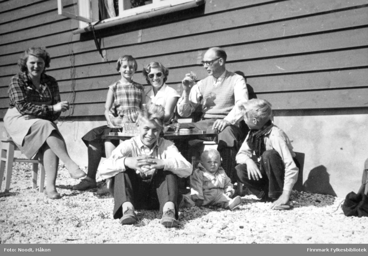 Indre Billefjord, sommeren 1954. Utenfor Leif Noodts bolig. Fra venstre bakerst: Mossik, Kari, Solveig og Leif Noodt. Fra venstre foran: Erik, Marianne og Terje Noodt.