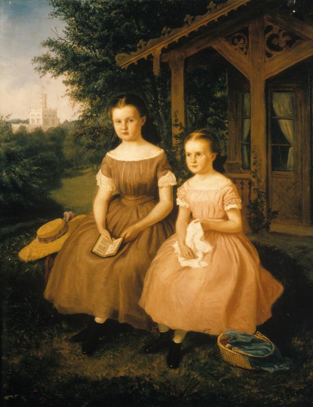 To jenter foran en dukkestue.