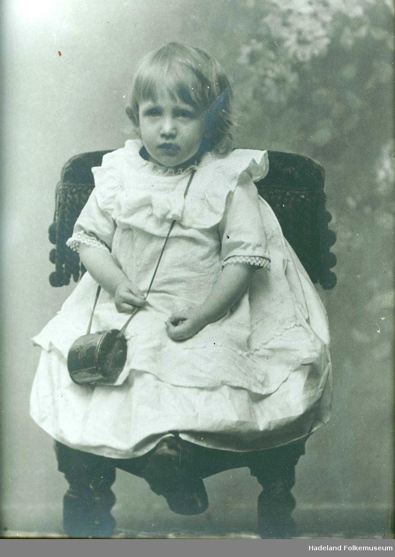 Portrett av jente barn i kjole