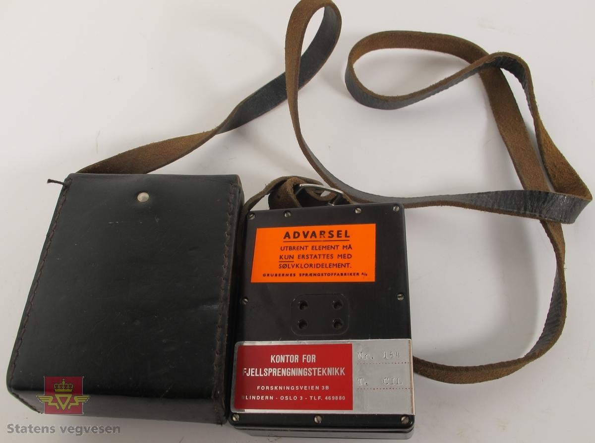 Ohmmeter i svart hus av plast. Har to tilkoblingspunkter for ledning og bæreetui med reim av brunt lær. Målevindu med nål som viser verdier fra 0 til 200 ohm. Medfølgende bruksanvisning i papir på engelsk språk. Påskrifter på etui C-I-L og KONTOR FOR FJELLSPRENGNINGSTEKNIKK FORSKNINGSVEIEN 3B BLINDERN - OSLO 3 - TLF. 469880. Klistremerker på ohmmeteret ADVARSEL UTBRENT ELEMENT MÅ KUN ERSTATTES MED SØLVKLORIDELEMENT. GRUBERNES SPRÆNGSTOFFABRIKER A/S og KONTOR FOR FJELLSPRENGNINGSTEKNIKK FORSKNINGSVEIEN 3B BLINDERN - OSLO 3 - TLF. 469880 Nr. 154 T. CIL. Plate med innskrift ADVARSEL UTBRENT CELLE MÅ KUN ERSTATTES MED SPESIELL SØLVKLORIDCELLE GRUBERNES SPRÆNGSTOFFABRIKER A/S samt innskrift og serienummer fra produsent C-I-L BLASTING GALVANOMETER SERIAL NO. 05976.